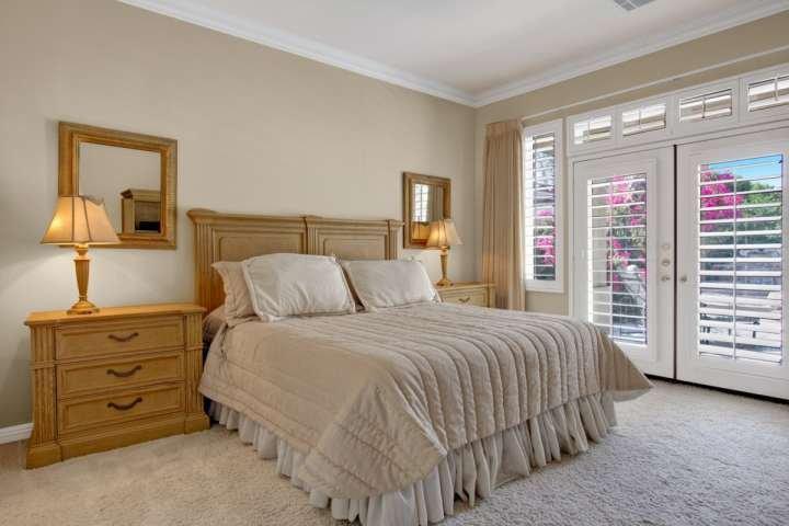 Grote slaapkamer met kingsize bed, flatscreen-tv, een grote badkamer met bad, en bonus kamer