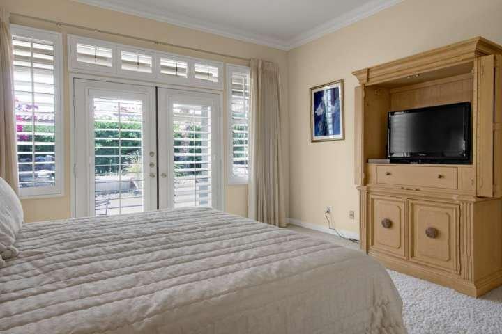 Master bedroom opent naar patio en Spa Terug