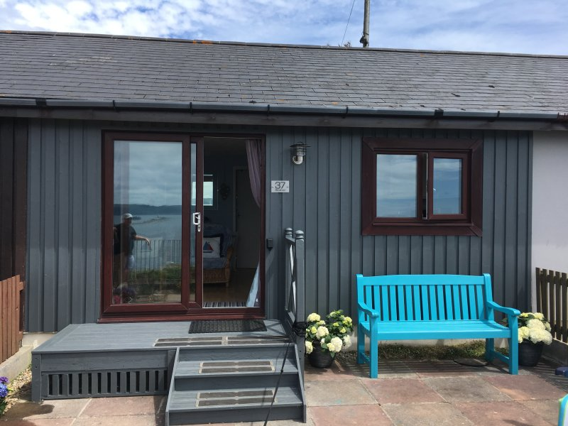Becalmed - beautifully decorated chalet with sea views, sleeps 4, free Wi-Fi