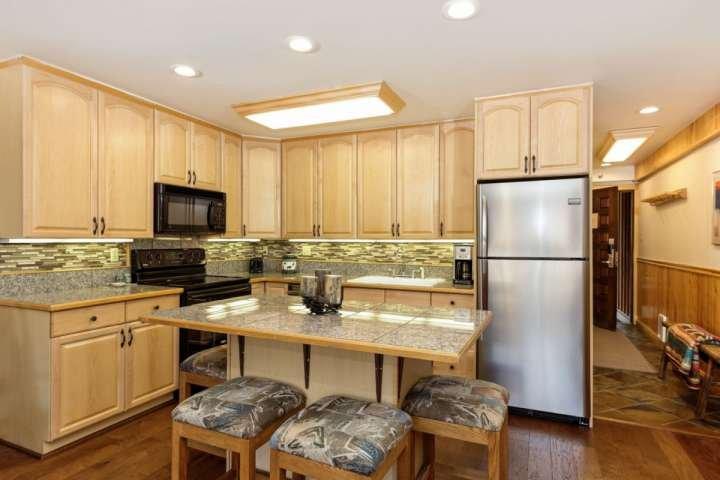 La isla de la cocina ofrece asientos para 4. La cocina está completamente equipada para hacer sus comidas fáciles de preparar vacaciones.