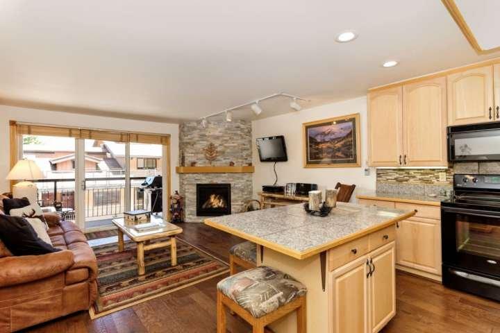 El concepto de cocina y sala de estar abierta tiene espacio para relajarse con su familia o amigos.