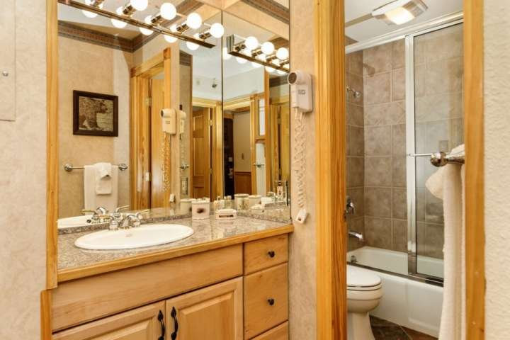 El baño cuenta con una zona separada de tocador, haciendo preparándose para el día fácil!