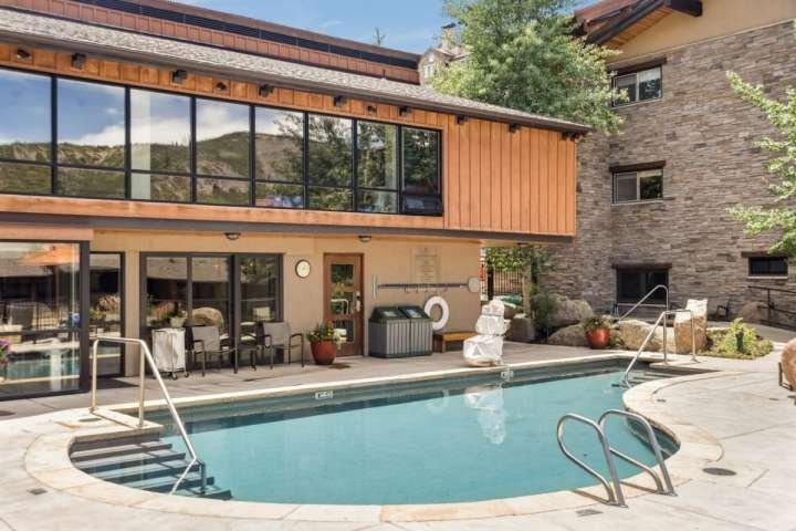 La piscina al aire libre y jacuzzis son grandes para la diversión familiar. Las toallas se proporcionan en la piscina.