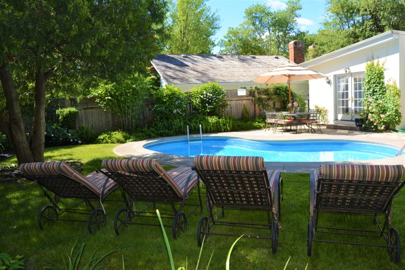 Avalon, English Country home with heated pool, location de vacances à Virgil