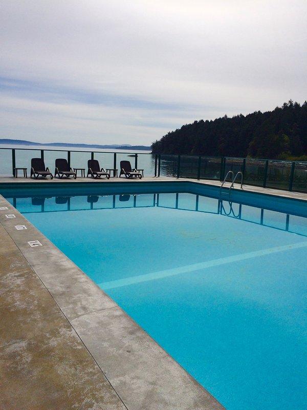 Venga a relajarse en nuestra piscina climatizada junto al mar.
