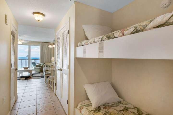 Bunk Beds ligt vlak bij de hal met een handige bad!