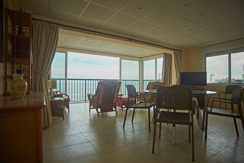 Salón comedor con TV-HD. Living room with HD-TV.