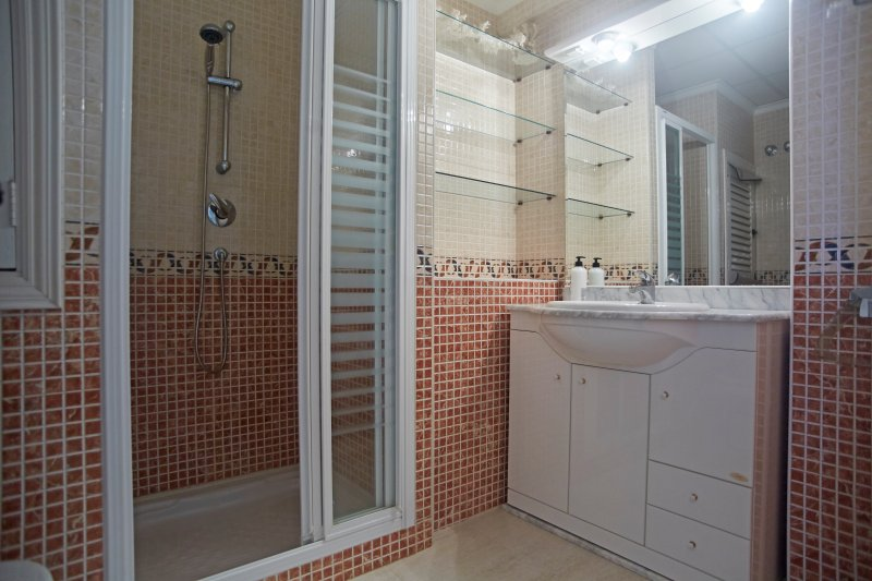 Bathroom with shower practice. Equipped with practical bathroom shower.