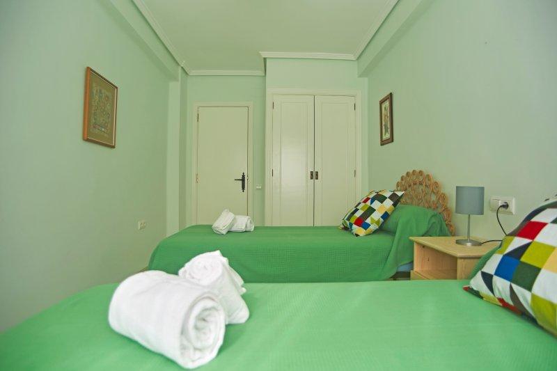 Segundo dormitorio con 2 camas de 90x190 cm. Second bedroom with 2 single beds of 90x190 cm