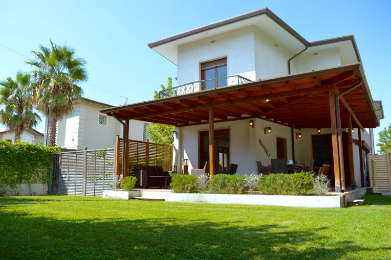 Villa Forte dei Marmi near the beach with Jacuzzi in the garden, vacation rental in Forte Dei Marmi