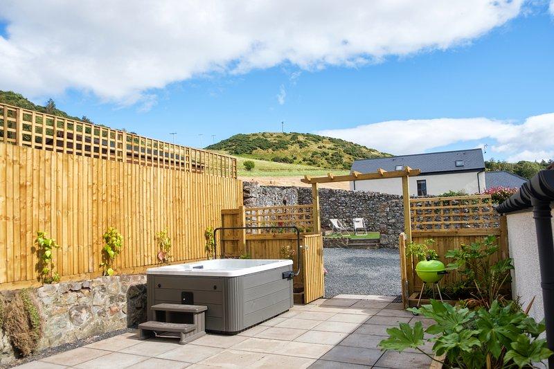 Hot tub, omsloten binnenplaats, BBQ, 2e zon val tuin, ligstoelen. Kruidentuin. Safe parking.Views