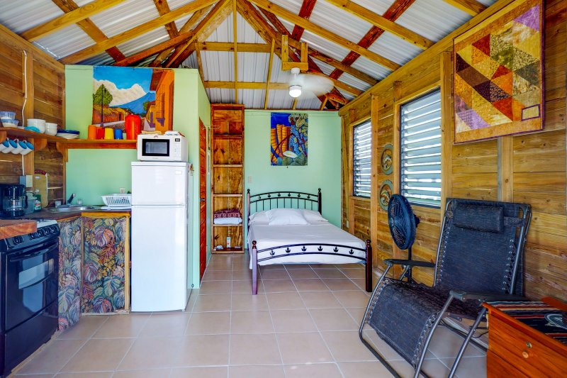 Relaxing, affordable cabana w/ ocean view & free WiFi, near the beach & town!, holiday rental in Caye Caulker