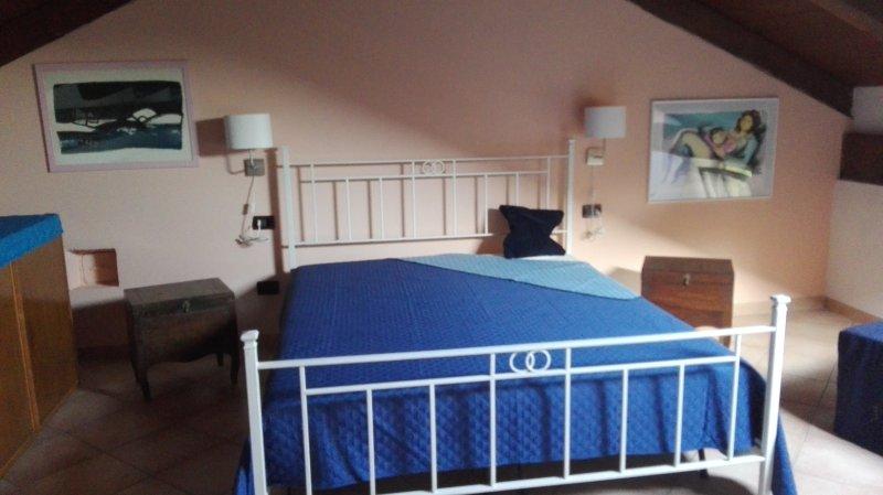 La chambre est située dans le grenier en bois entièrement perlé et a une lucarne.