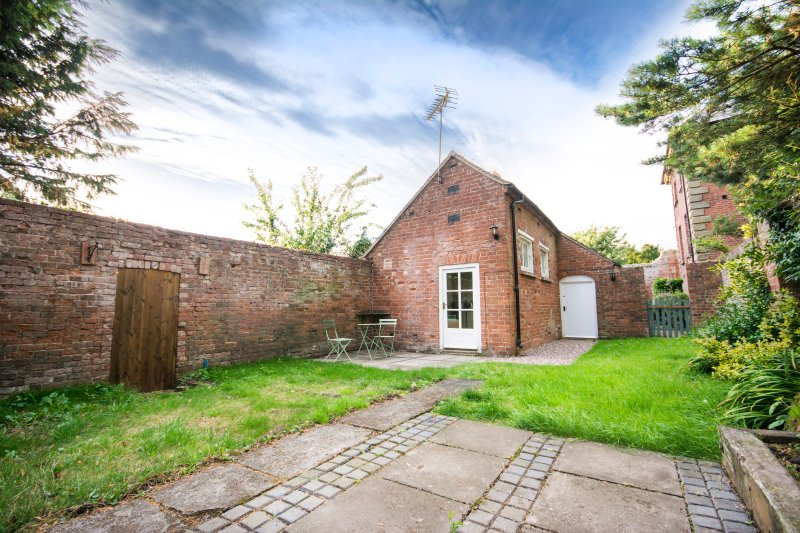 The Bothy, 2 bedroom cottage at Grade I Davenport House, Shropshire, sleeps 4, location de vacances à Pattingham