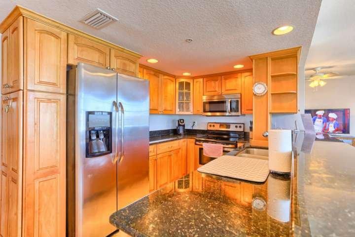 cocina completa con estufa, lavavajillas, microondas, y todos los pequeños electrodomésticos.
