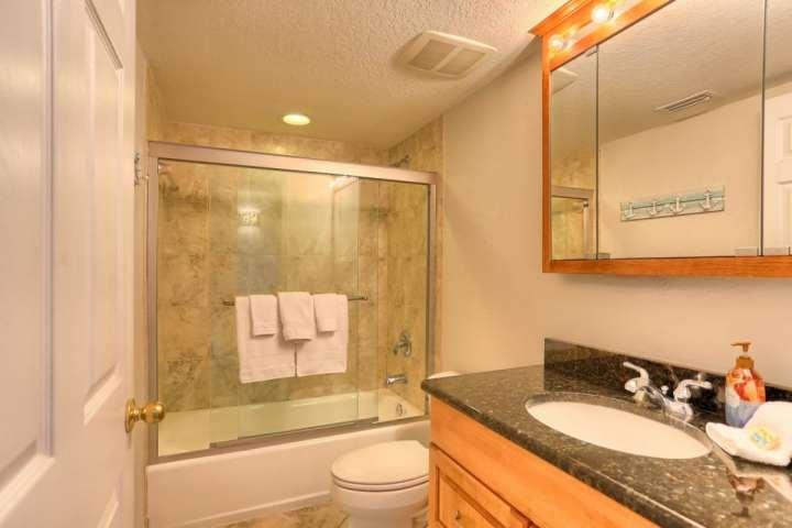 Cuarto de baño con ducha / bañera combinado.