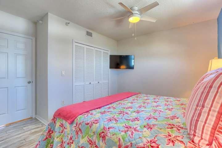 Deje que los niños o los huéspedes relajarse después de un día lleno de diversión de la playa en este precioso dormitorio de invitados con cama King, TV de pantalla plana por cable