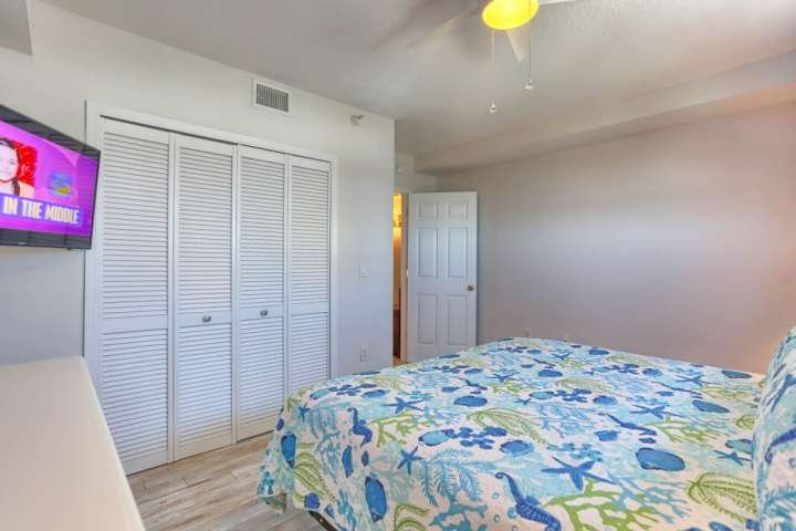 Relajarse después de un día de diversión en la playa en este amplio dormitorio principal con cama King, TV de pantalla plana