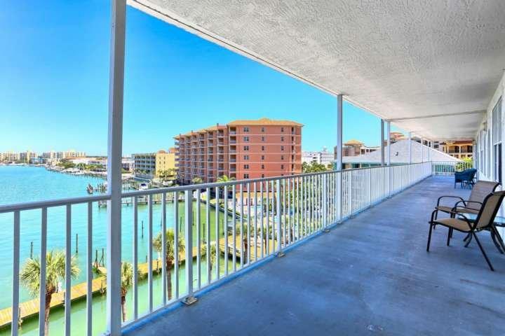 balcón privado con vistas al puerto deportivo.