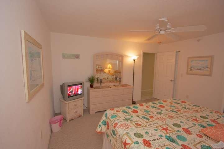 Entspannen Sie sich nach einem schönen Tag am The Beach in diesem geräumigen Hauptschlafzimmer mit Kingsize-Bett, Kabel-TV und eigenem Hauptbadezimmer