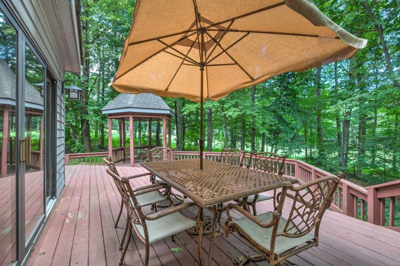 Deze vakantiewoning biedt een ideale locatie en veel buitenruimte.