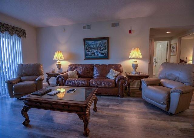 Sala de estar con pisos laminados de madera dura