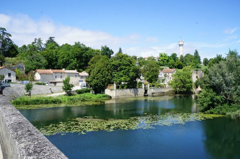La Maison Colline - beautiful detached stone property overlooking Charente river – semesterbostad i Mansle