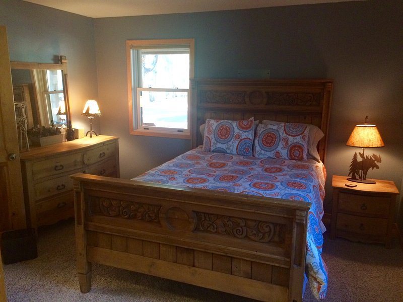 Queen bedroom with full crib - main level