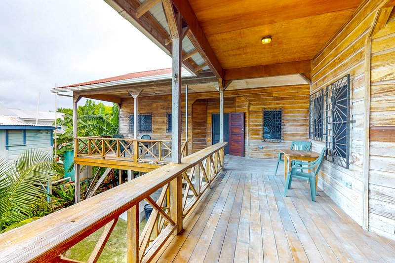Elegant Caye Caulker home with spacious balcony & separate suites, holiday rental in Caye Caulker