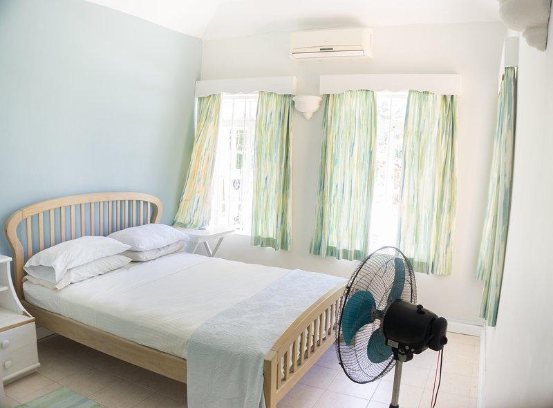 tweede grote / queen size tweepersoons slaapkamer met uitzicht op de tuin en het zwembad terug