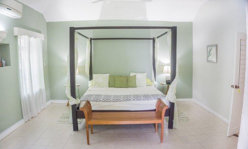 Slaapkamer, super king size met kleedruimte, een eigen badkamer en directe toegang tot de achtertuin en zwembad