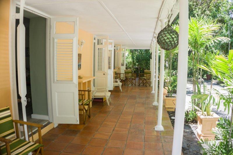 Veranda aan de voorkant leidt tot voorzijde eet- en zitkamers
