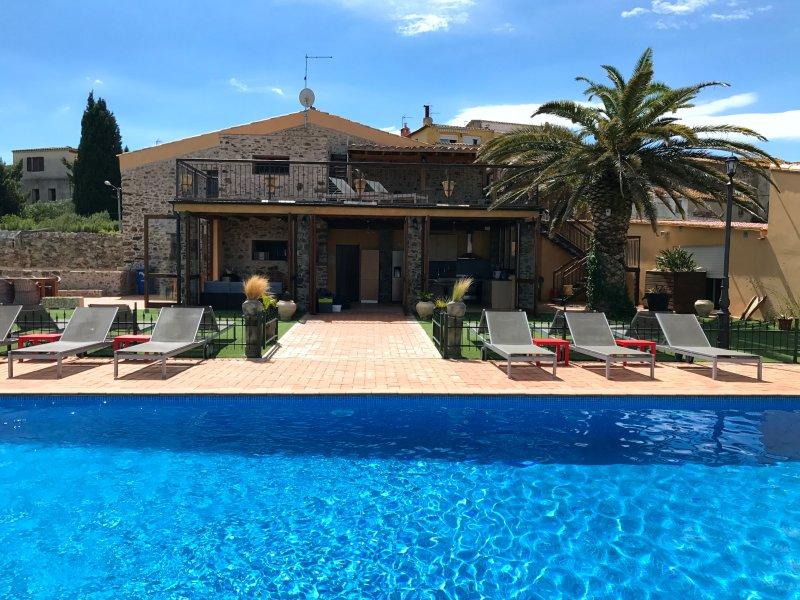 Villa Molletero sleeps 17->28 people; 8(+2) bedrooms, 4,5(+1) bathrooms, holiday rental in Capmany