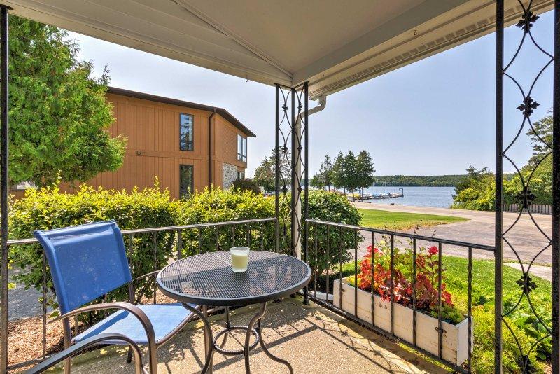 Boutique Home in Door County w/Eagle Harbor Views!, alquiler de vacaciones en Ephraim