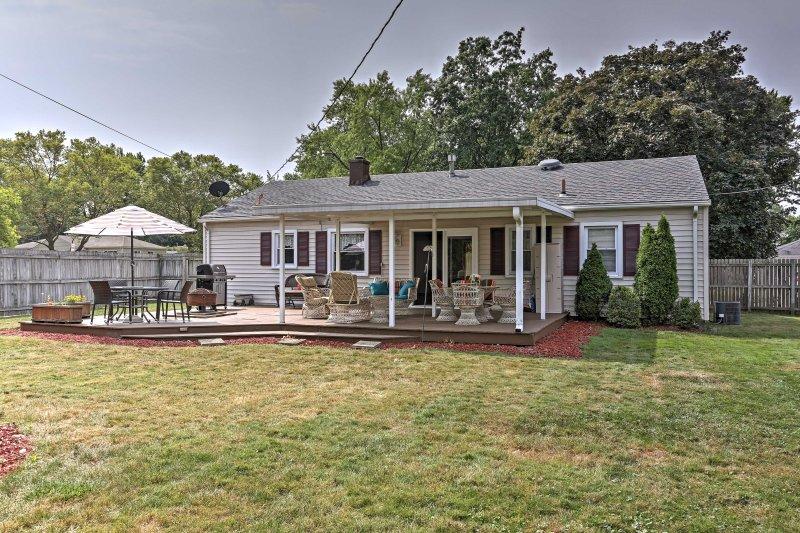 Das charmante Haus verfügt über einen eingezäunten Garten mit möblierter Veranda.