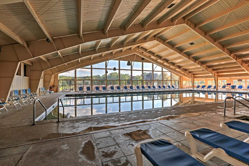 Nade en la piscina cubierta.