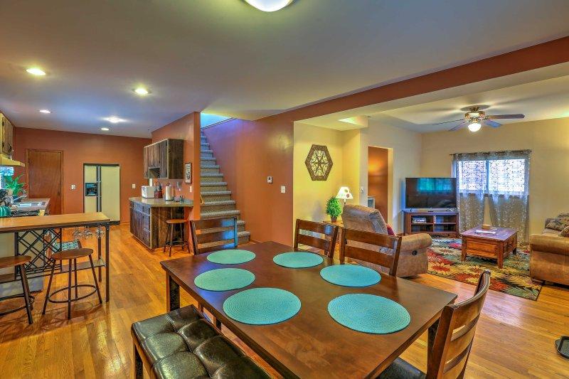 Situado a sólo 1 cuadra de la exclusiva avenida Grandview, este 3 dormitorios, casa de vacaciones 2-baño de vacaciones ofrece una oportunidad única para explorar todo lo mejor de Colón con facilidad!