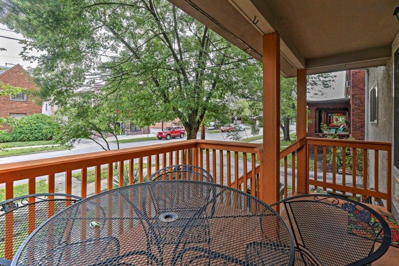 Disfruta del tiempo que pasas afuera en el porche con vista al encantador vecindario.