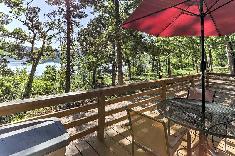 Goditi i pasti all'aperto sul ponte durante il tuo soggiorno in questa baita in Cedarcreek.