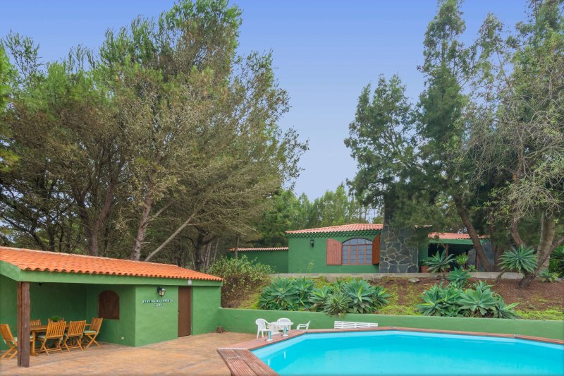 Holiday cottage with private pool in Caideros, holiday rental in El Agujero