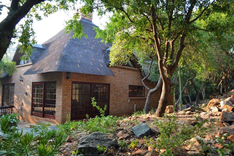 Das Haus ist umgeben von Bäumen