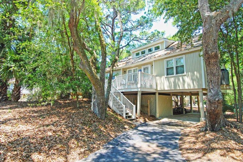 Bienvenido al 529 Tarpon Pond, una hermosa casa de campo rodeada de robles y palmeras.