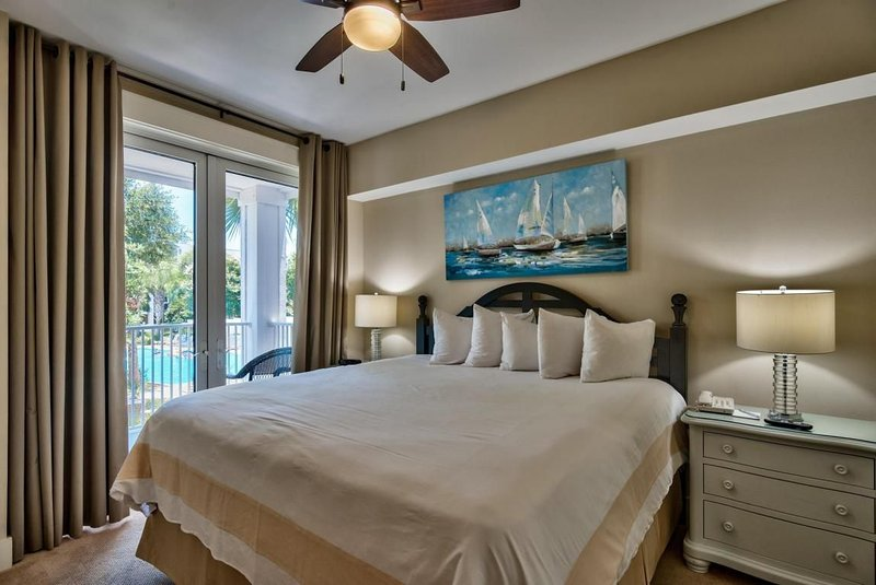 Beautiful views overlooking the pool & hot tub (2 Bed /2 Bath) - Sleeps up to 6, holiday rental in Destin