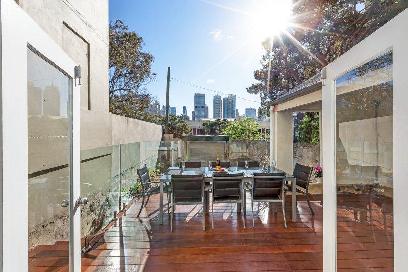 Entspannen Sie auf dem einen des größten Terrasse Balkons in Darlinghurst im Freien Esstisch