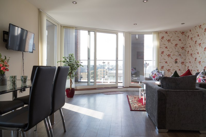 Modern Penthouse 2 mins walk to Station with Terrace & Parking & Sleeps 6, holiday rental in Fulbourn