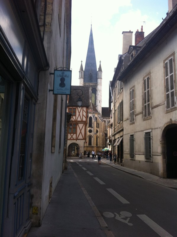 Street access to the street Owl - historical center