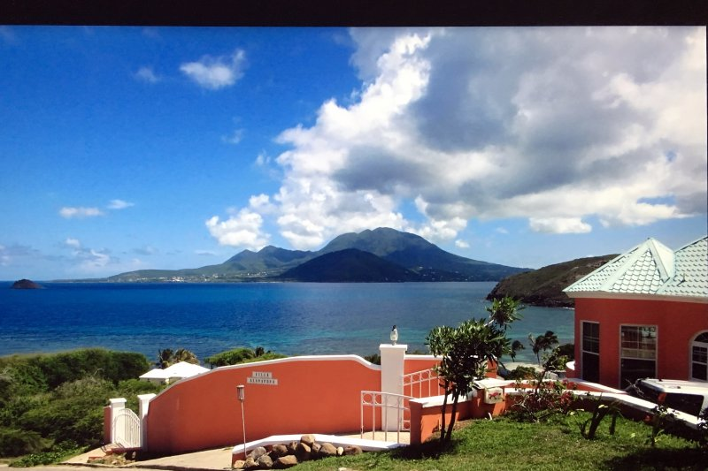 Villa Alamandra, Luxury Villa with Panoramic Caribbean Ocean View, Turtle Beach, vacation rental in Basseterre