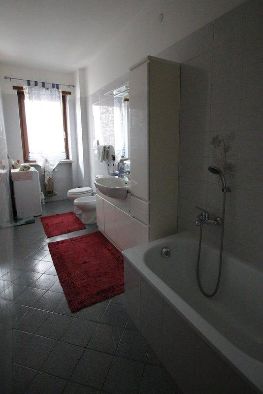 Cuarto de baño con bañera y ducha