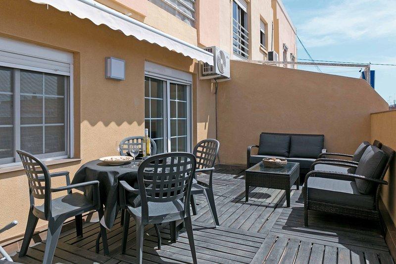 Belle terrasse équipée avec auvent, table et chaises. Belle terrasse avec des auvents et des meubles