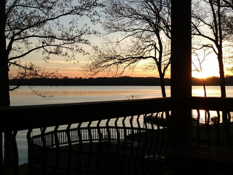Un entorno tranquilo con vistas increíbles de la puesta de sol. concursantes que abarca la cubierta fuera de la zona para relajarse.